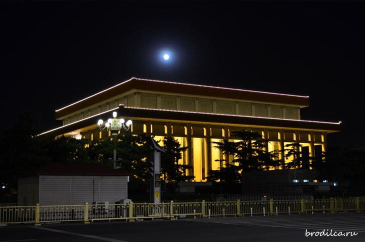 Луна над мавзолеем