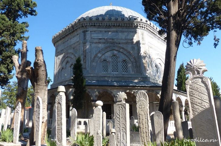 Мавзолеи мечети