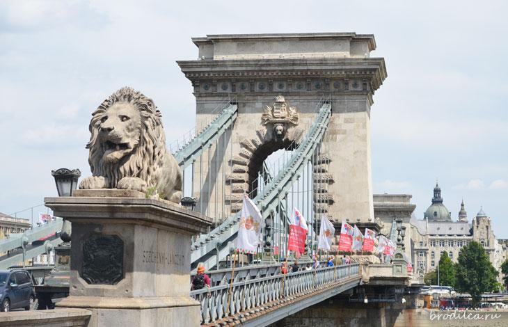 Львы охраняют мост