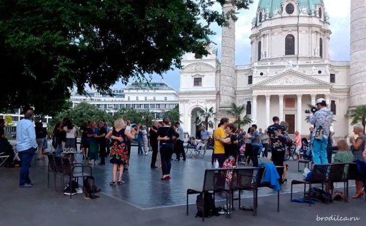 Танцы около Карлскирхе