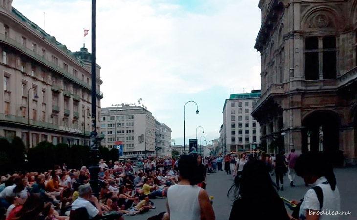 Люди у здания оперы